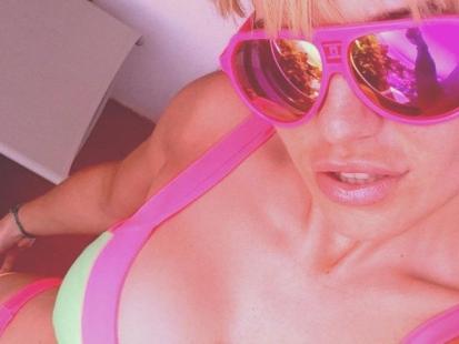 Seksowna Doda w bikini na wakacjach