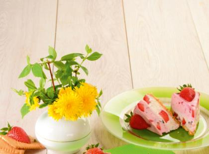 Sernikowo-jogurtowy deser z truskawkami