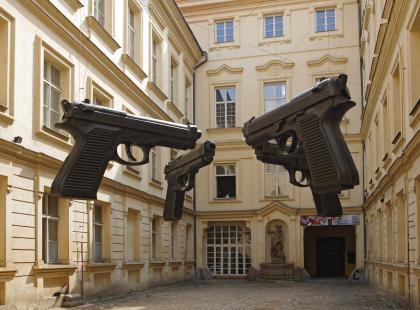 Sikając na Czechy – 6 kontrowersyjnych obiektów Davida Černego, które trzeba zobaczyć w Pradze