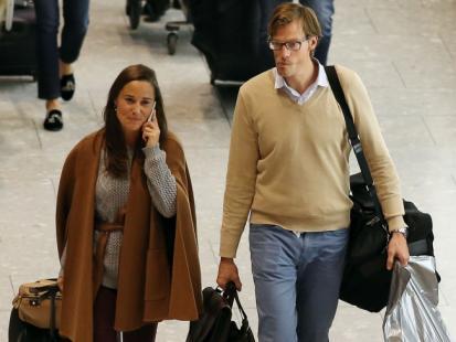 Siostra Księżnej Kate z narzeczonym na lotnisku