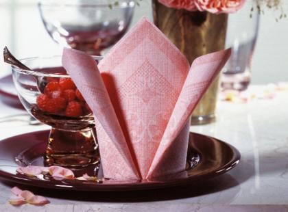 Składanie serwetek papierowych: trójkąt krok po kroku