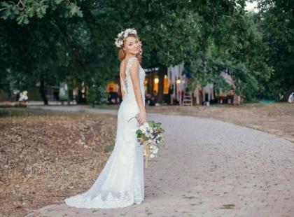 Skromne suknie ślubne – marzenie wielu panien młodych! Dlaczego tak je kochają?
