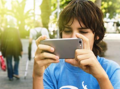 Ślepniemy przez smartfony? O tym, jak chronić wzrok, rozmawiamy z Prezes Polskiego Towarzystwa Okulistycznego