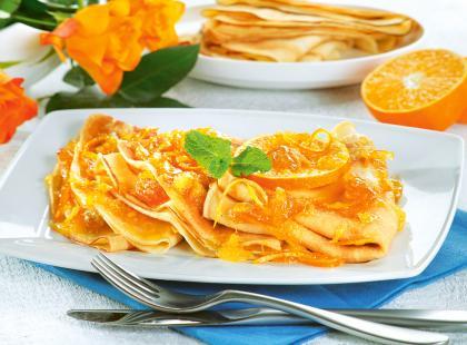 Słodkie naleśniki z syropem pomarańczowym