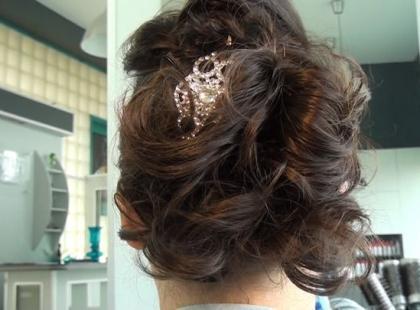 Ślubna fryzura z kręconych włosów