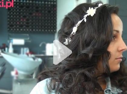 Ślubna fryzura z wiankiem krok po kroku [video]