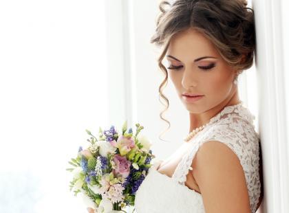 Ślubne upięcie z warkoczem z boku