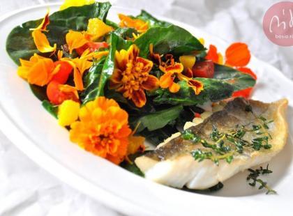 Smażony witlinek i  jadalne kwiaty w szpinaku