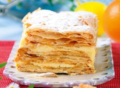 Śmietanowy przekładaniec z ciasta francuskiego
