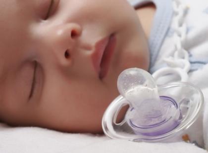 Smoczek - niemowlęcy atrybut