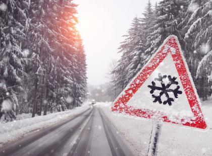 Śnieżyce, silny wiatr, mróz! Synoptycy biją na alarm: lepiej nie wychodźcie z domu, jeśli nie musicie