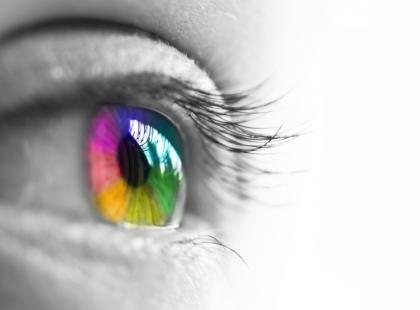 Kolorowe soczewki kontaktowe mogą być używane zarówno przez osoby z wadą wzroku, jak i u osób z oczami zdrowymi.