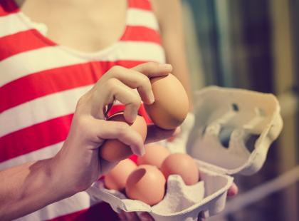 Specjaliści biją na alarm: pod żadnym pozorem nie trzymaj jajek na drzwiach lodówki!