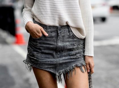 Spódnica jeansowa to klasyk. Pomysły na stylizacje + modne fasony