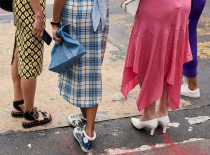 Spódnica midi - do jakiej figury pasuje? Modne fasony i wzory