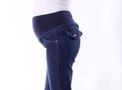 Spodnie i spódnice ciążowe – praktyczne i wyjątkowe