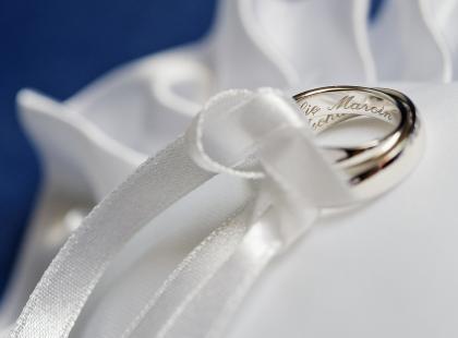 Srebrne obrączki – kto je nosi? Co oznaczają srebrne krążki?