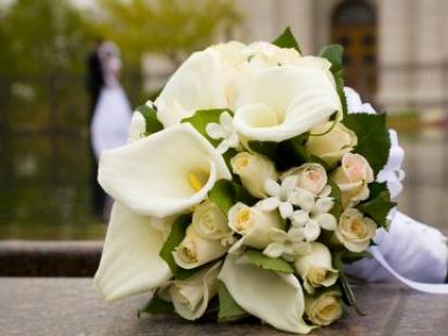 Stół tonący w kwiatach