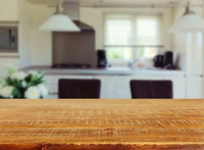Stół z litego drewna – synonim luksusu