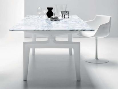 Stół z oryginalnymi nogami