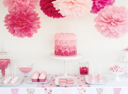 Stolik ze słodkościami na wesele - różowe inspiracje