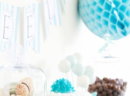 Stolik ze słodkościami na wesele - turkusowe inspiracje