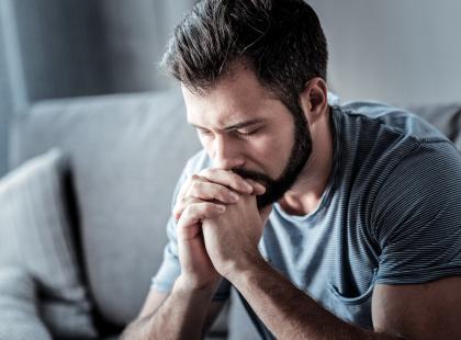 Smutny mężczyzna siedzący w pokoju