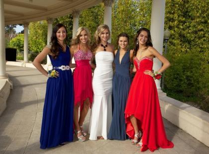 Sukienka maxi na wesele to same korzyści! Przyda się na każdą porę roku, a przy tym prezentuje się obłędnie!