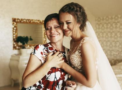 Sukienka na wesele dla 50 latki – jak powinna ubrać się dojrzała kobieta?