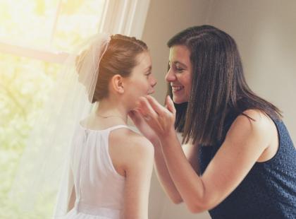 Sukienki na Komunię dla mamy i dziecka – jakie powinny być?