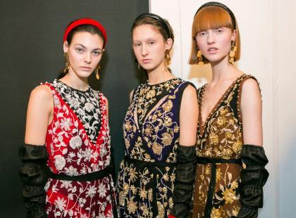 Sukienki na święta – nie muszą być czerwone! Jaką kreację wybrać na rodzinne spotkanie?