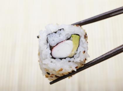 Sushi – jeść palcami czy pałeczkami?