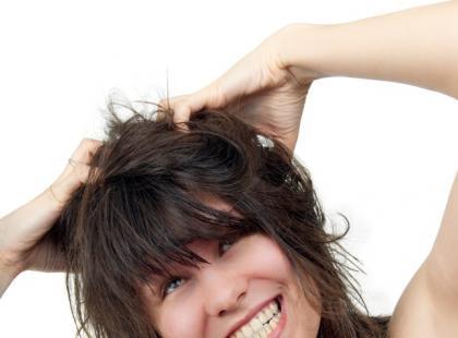 Swędzące strupki na głowie – co robić?