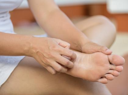 Świąd i zaczerwienienie między palcami stóp to pierwsze objawy grzybicy. Wiemy, jak ją wyleczyć!
