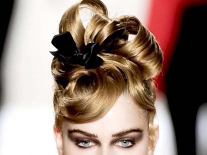 Świąteczna fryzura jak z pokazu Monique Lhuillier