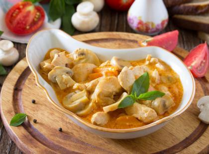 Sycąca i delikatna w smaku - sprawdź nasze przepisy na potrawkę z kurczaka