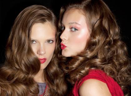 Szampon, masaż czy dieta? Co może powstrzymać wypadanie włosów?