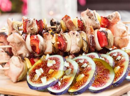 Szaszłyki z figami, polędwiczką i szynką serrano – przepis