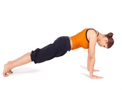 Szczupłe ramiona z jogą