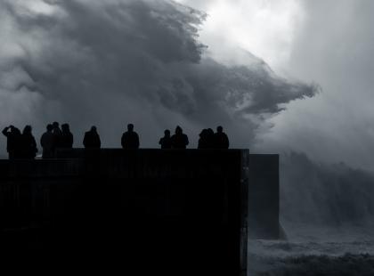 Sztormy, zniszczenia, brak prądu. Orkan Barbara szaleje w Polsce. Służby apelują: zostańcie w domu!