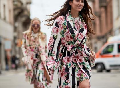 Szukasz modnej sukienki na wiele okazji? Pokochaj modele w kwiaty!