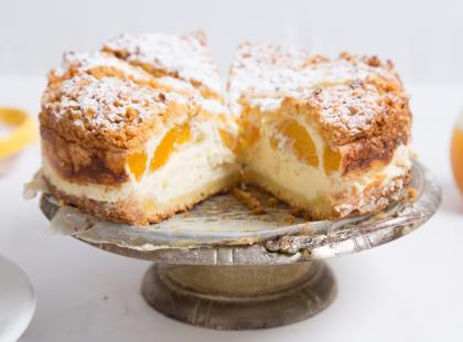 Szukasz pomysłu na pyszne ciasto? Zobacz przepis na sernik z brzoskwiniami!