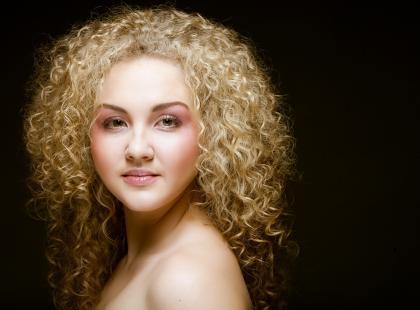 Szybka fryzura z włosów kręconych