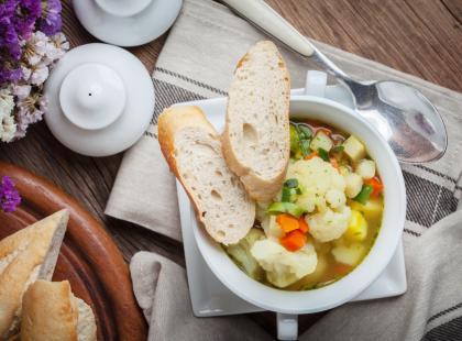 Szybkie danie na upał? Przygotuj zupę kalafiorową i wyrównaj elektrolity, gdy żar leje się z nieba!