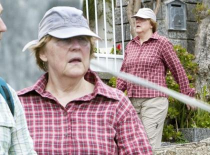Ta babcia w tandetnych ubraniach to... Angela Merkel