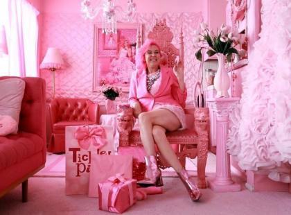 Ta kobieta od ponad 30 lat otacza się wyłącznie różowymi przedmiotami… Farbuje nawet psa na różowo!