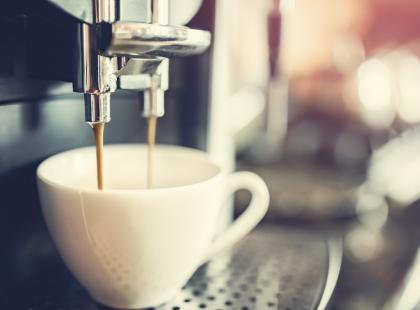 Tajemnica dobrej kawy - ekspres ciśnieniowy z młynkiem. Jak wybrać najlepszy model?