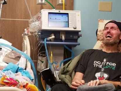 Tak wygląda walka z rakiem. Kobieta opublikowała zdjęcie umierającego na nowotwór dziecka. Dlaczego to zrobiła?