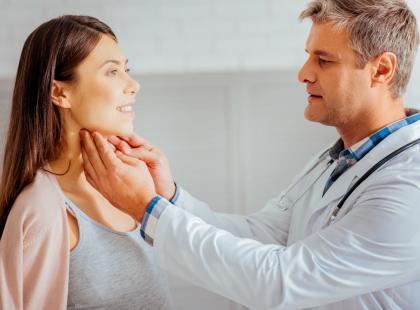 Takie zmiany znajdujemy zazwyczaj przez przypadek. Co może oznaczać guzek na szyi?