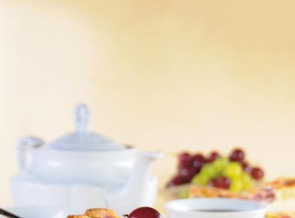 Tarta z granatem i winogronami